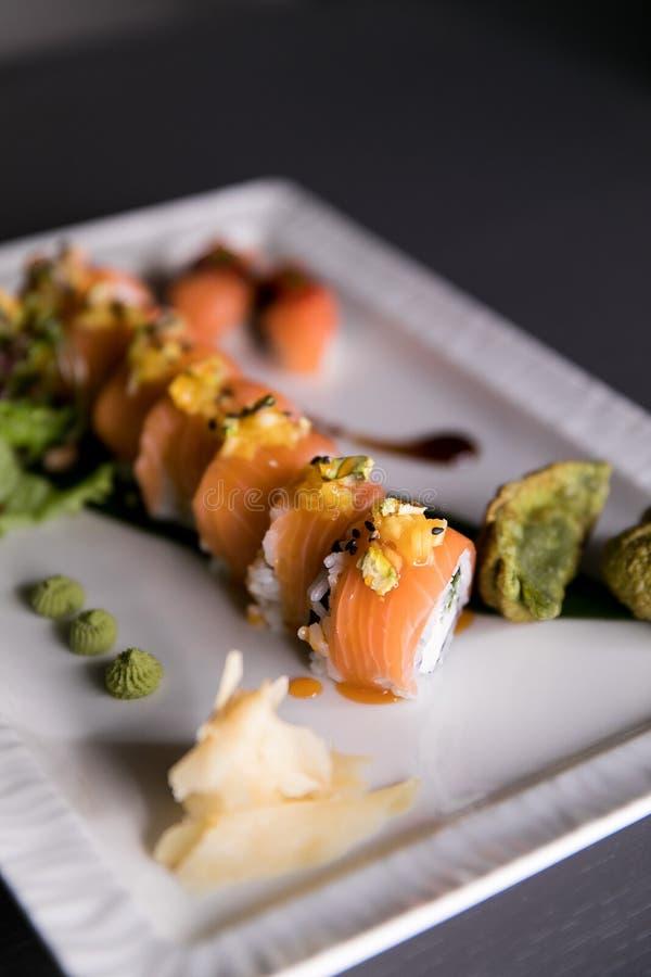 Het Broodje van regenboogsushi Sushimenu Japans voedsel Hoogste mening van geassorteerde sushi stock foto's