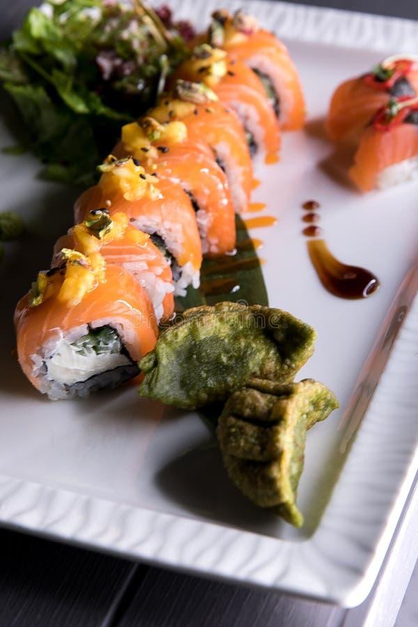 Het Broodje van regenboogsushi Sushimenu Japans voedsel Hoogste mening van geassorteerde sushi stock afbeelding