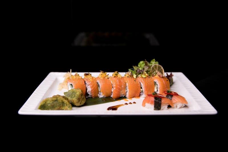 Het Broodje van regenboogsushi Sushimenu Japans voedsel Hoogste mening van geassorteerde sushi royalty-vrije stock fotografie