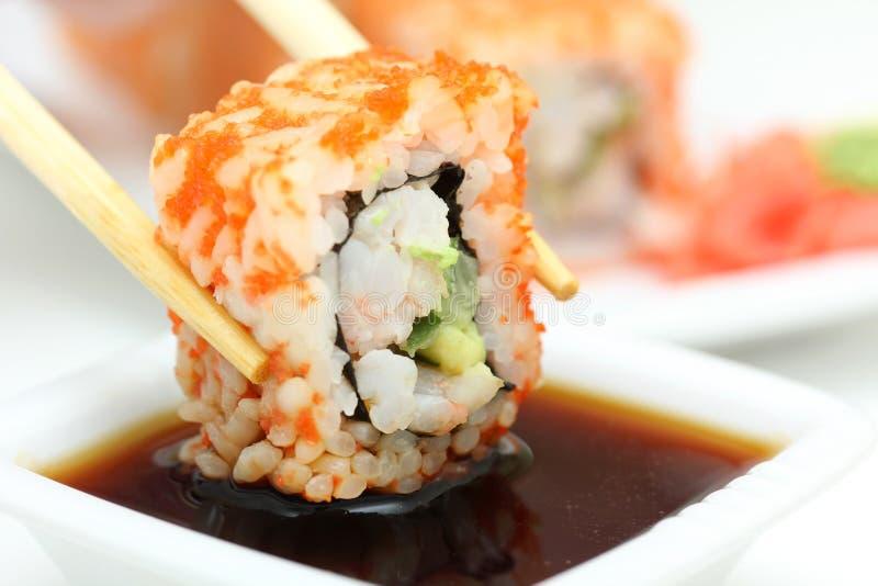 Het broodje van sushi op witte plaat stock foto's