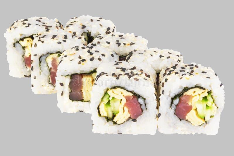 Het Broodje van sushisamoeraien met tonijn en omelet met sesam stock fotografie