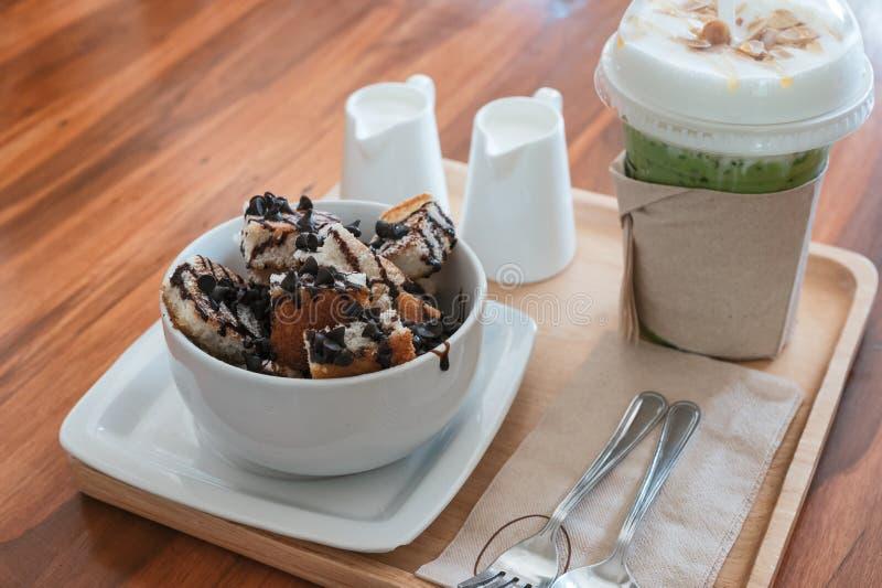 Het broodplakken van de banaanchocoladeschilfer met melk en ijshoningsthee royalty-vrije stock fotografie