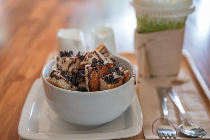 Het broodplakken van de banaanchocoladeschilfer met melk en ijshoningsthee stock fotografie