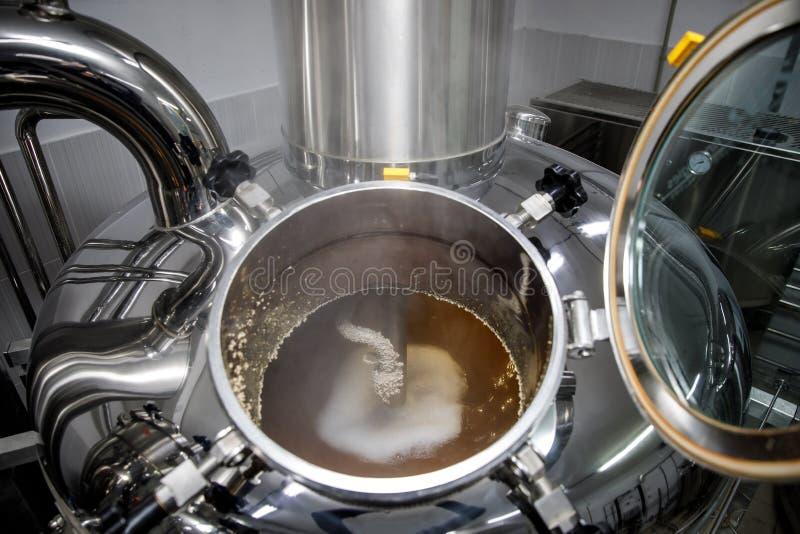 Het brouwen van bier, materiaal bij microbrewery, hoogste mening royalty-vrije stock foto's