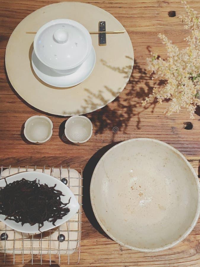 Het brouwen van thee in een prachtige middag stock afbeelding