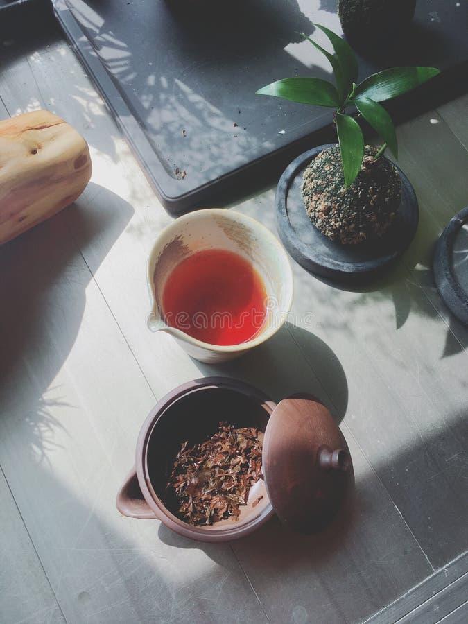 Het brouwen van traditie zwarte thee in een prachtige middag royalty-vrije stock foto
