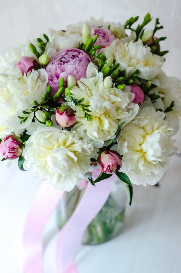 Het bruidboeket van huwelijk bloeit roze pioen in vaas op witte achtergrond stock afbeeldingen
