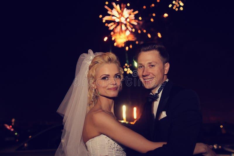 Het bruids paar het dansen sorrounding door vuurwerk stock foto