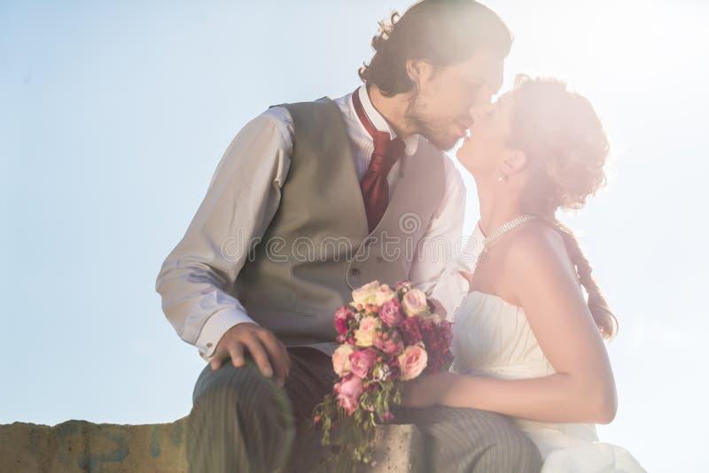 Het bruids paar kussen na huwelijk royalty-vrije stock afbeeldingen
