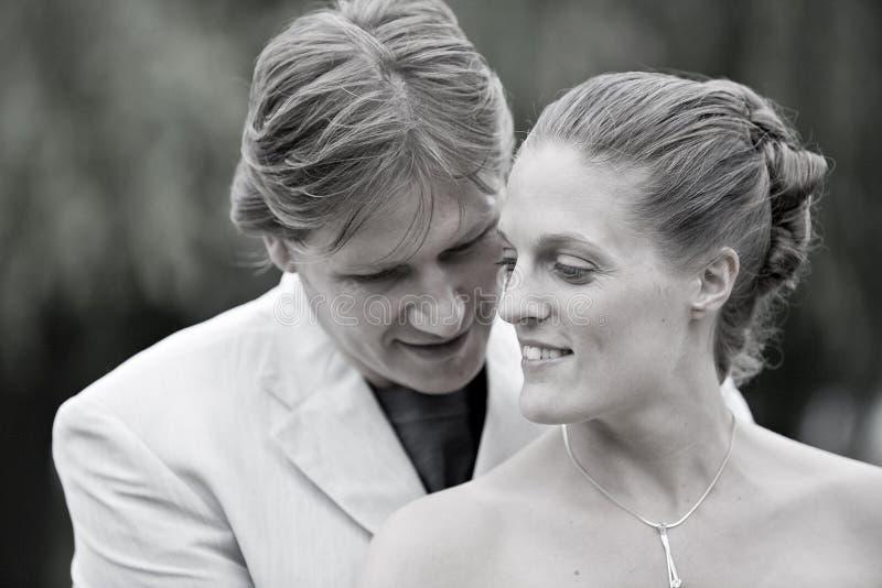 Het bruids paar stellen stock afbeeldingen