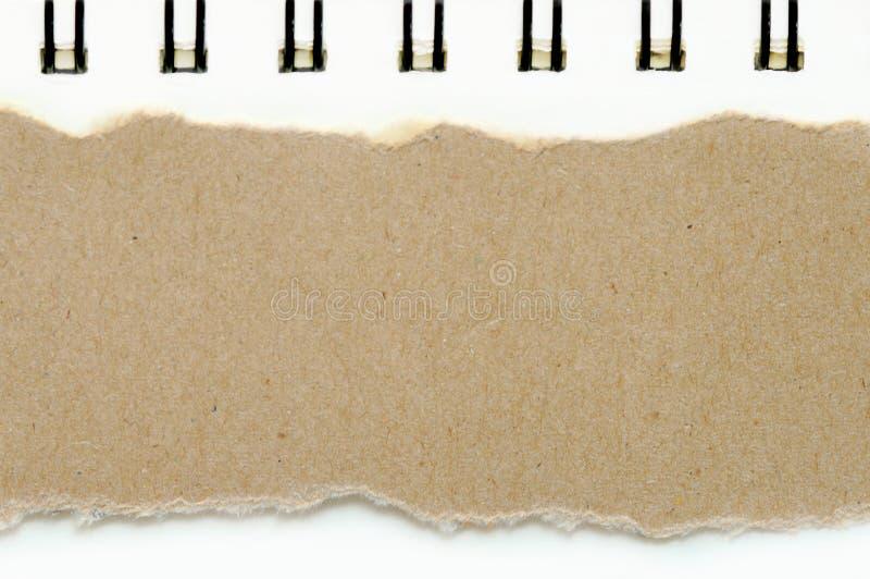 Het bruine gescheurde document op de kleurenachtergrond van het boek Witboek, heeft exemplaarruimte voor gezette teksten royalty-vrije stock afbeeldingen