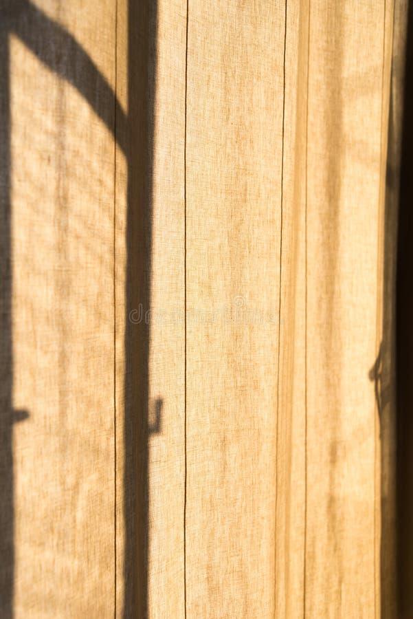 Het bruine gordijn voor het oude doosvenster stock afbeeldingen