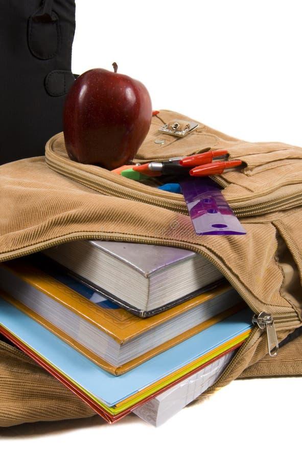 Het bruine hoogtepunt van de Rugzak van de School van schoollevering en een appel stock afbeelding