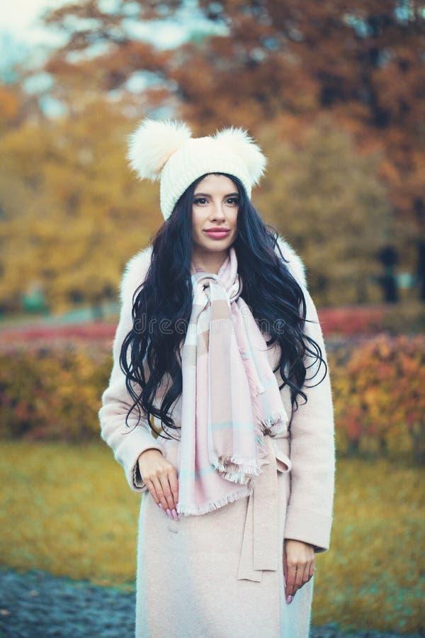 Het brunette die van de de herfstvrouw laag, hoed en sjaal in openlucht dragen royalty-vrije stock afbeeldingen