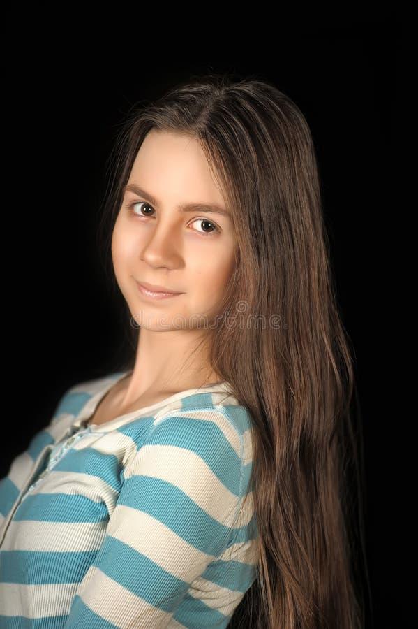Het brunette van het tienermeisje met lang haar royalty-vrije stock fotografie