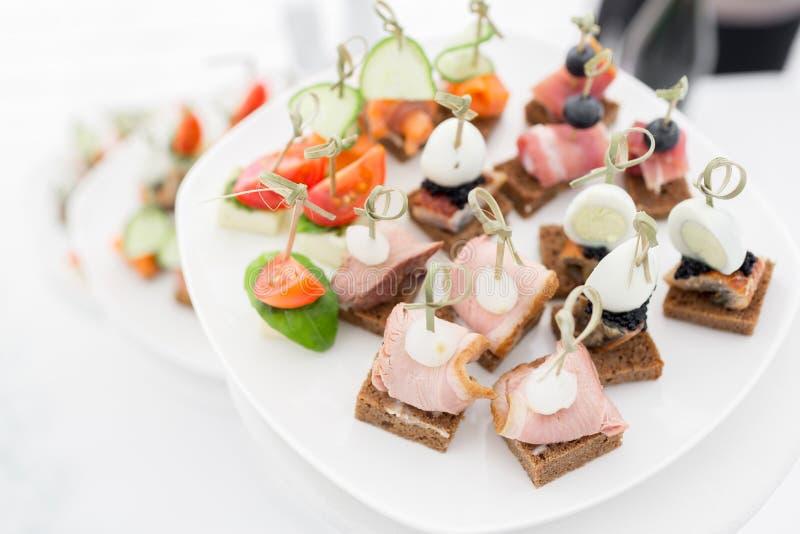 Het buffet bij de ontvangst Assortiment van canapes De banketdienst Cateringsvoedsel stock afbeelding