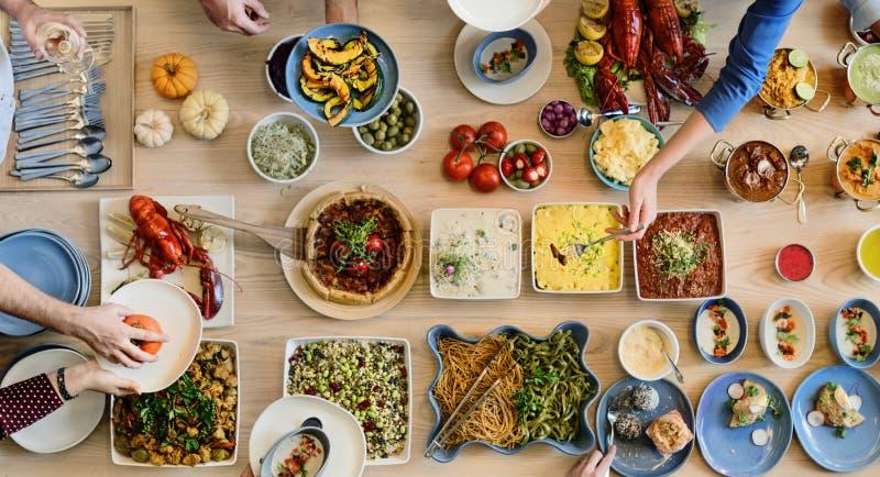 Het Buffet die van de vriendenpartij Voedsel van Concept genieten stock afbeeldingen