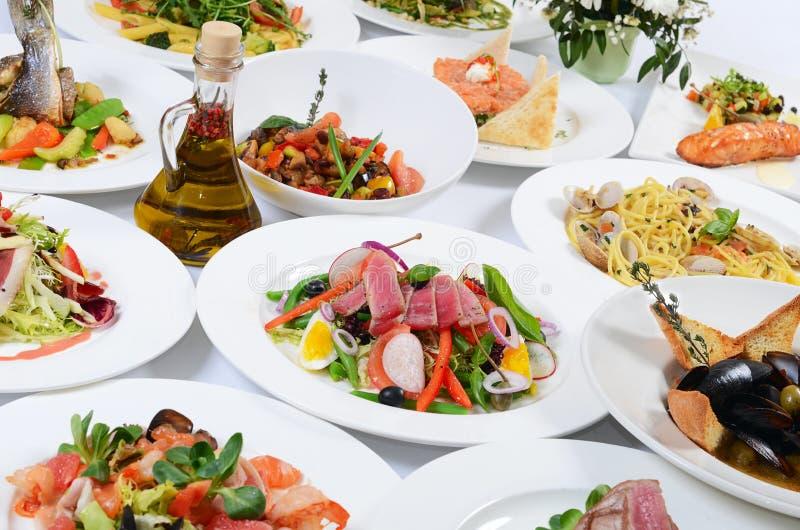 Het buffet in het restaurant met verschillende maaltijd stock foto's