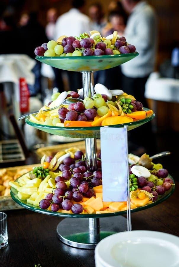 Het buffet van de fruitschotel bij bedrijfs of huwelijksgebeurtenistrefpunt royalty-vrije stock afbeelding