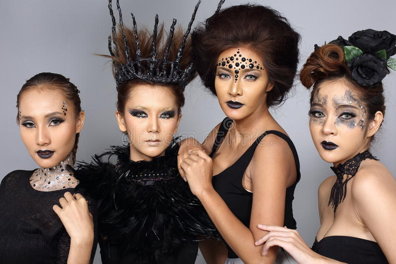Het buitensporige Creatieve Talent maakt omhoog en Haarstijl op Vier Aziatische Beaut royalty-vrije stock afbeelding