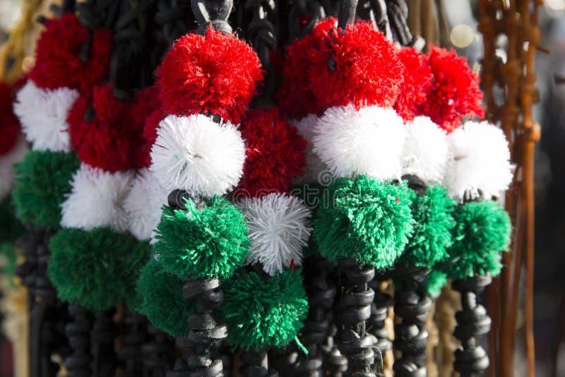 Het buitensporige leer ranselt voor verkoop in Hongaarse nationale kleuren royalty-vrije stock afbeelding