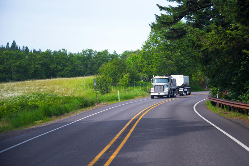 Het bulk semi de bouw van de vrachtwagenaanhangwagen het modelleren werk royalty-vrije stock afbeelding