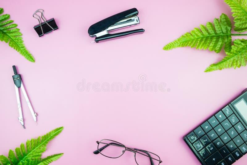 Het bureau van de bureaulijst met bedrijfscomputer, groene bladerenpalm, cli stock fotografie
