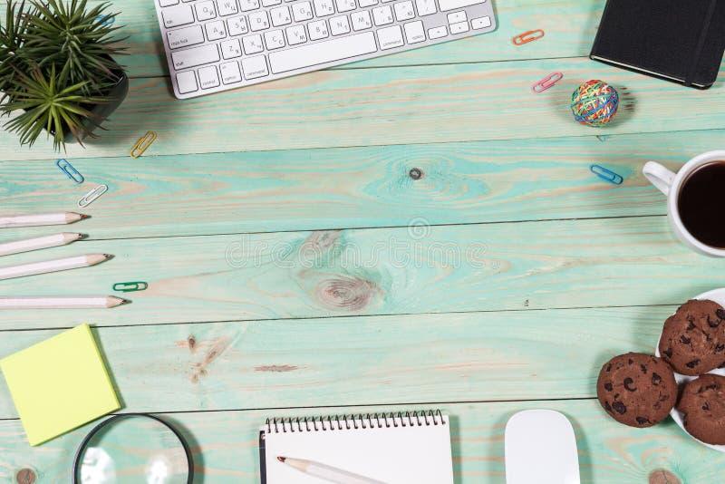 Download Het Bureau Van De Bureaulijst Met Reeks Kleurrijke Levering Stock Foto - Afbeelding bestaande uit koffie, screen: 114227640