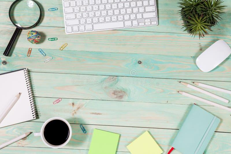 Download Het Bureau Van De Bureaulijst Met Reeks Kleurrijke Levering Stock Foto - Afbeelding bestaande uit cupcake, retro: 114228010