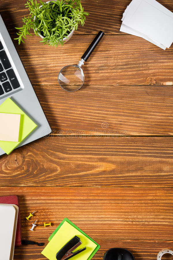 Het bureau van de bureaulijst met reeks kleurrijke levering, wit leeg notastootkussen, kop, pen, PC, verfrommelde document, bloem royalty-vrije stock afbeelding