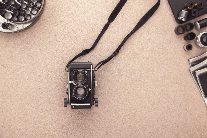 Het bureau van de fotograaf De uitstekende camera, verbiedt en rolt van film Vlak leg met exemplaarruimte royalty-vrije stock afbeeldingen