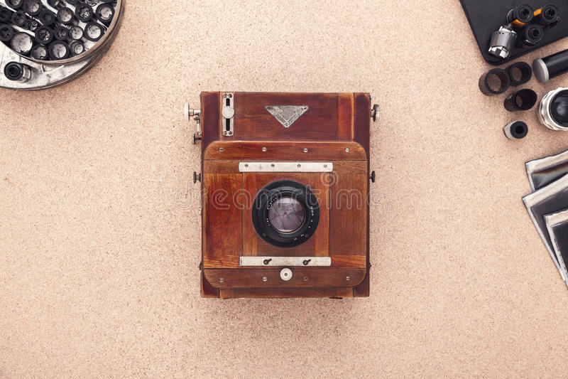 Het bureau van de fotograaf De uitstekende camera, verbiedt en rolt van film Vlak leg met exemplaarruimte stock afbeelding