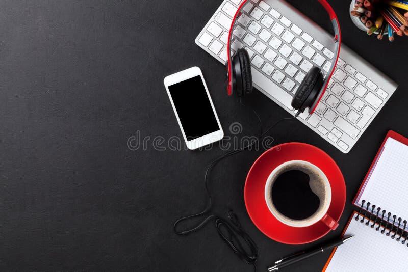 Het bureau van het bureauleer met de kop van PC, van smartphone en van de koffie royalty-vrije stock fotografie