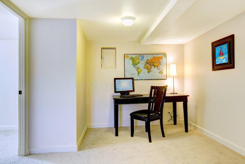 Het bureau van het huis met kaart op de witte muur. stock afbeelding