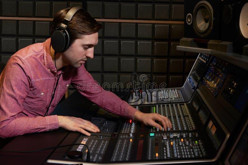 Het Bureau van ingenieursworking at mixing in Opnamestudio royalty-vrije stock fotografie