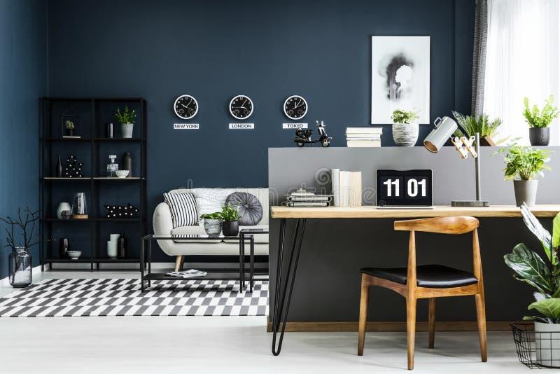Het bureaubinnenland van het open plekhuis met bureau, stoel, installaties en mod. royalty-vrije stock foto