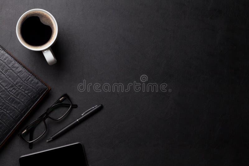 Het bureaulijst van het bureauleer met koffie en levering stock foto's