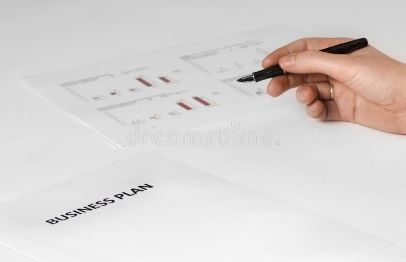 businessplan met hand  stock foto