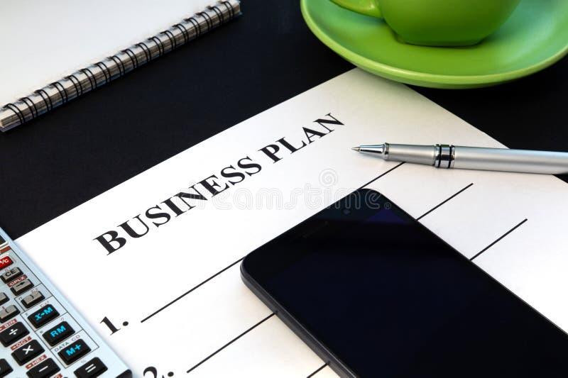Het businessplan van strategie met pen, koffie en blocnote op zwarte lijst royalty-vrije stock fotografie