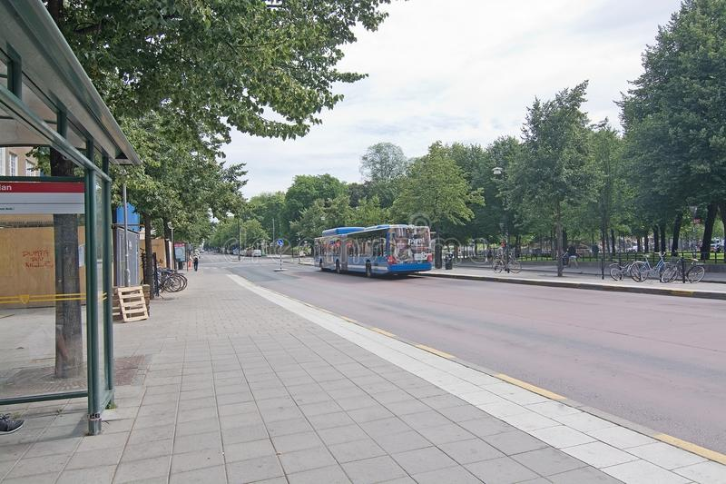 Het busstation en vervoert 3 met Pippi Longstocking-advertentie per bus stock afbeelding