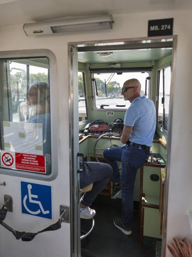 Het cabinepersoneel van de waterbus in de lagune van Venetië, Italië royalty-vrije stock fotografie