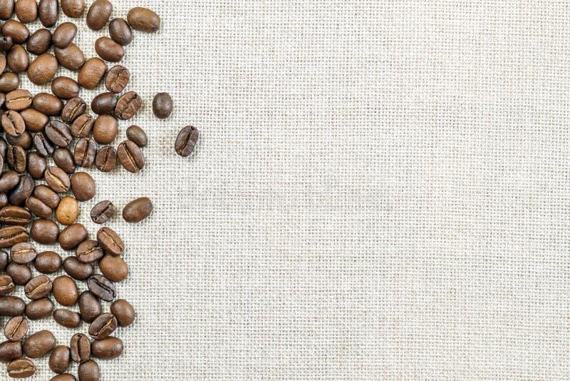 Het Canvas van de jutejute en de Fotoachtergrond van Koffiebonen exemplaar stock afbeeldingen