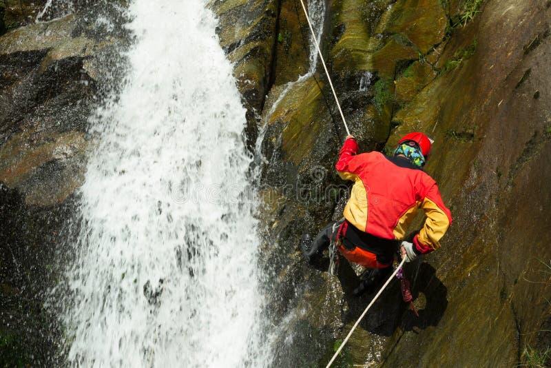Het Canyoningsavontuur van de watervalafdaling stock fotografie