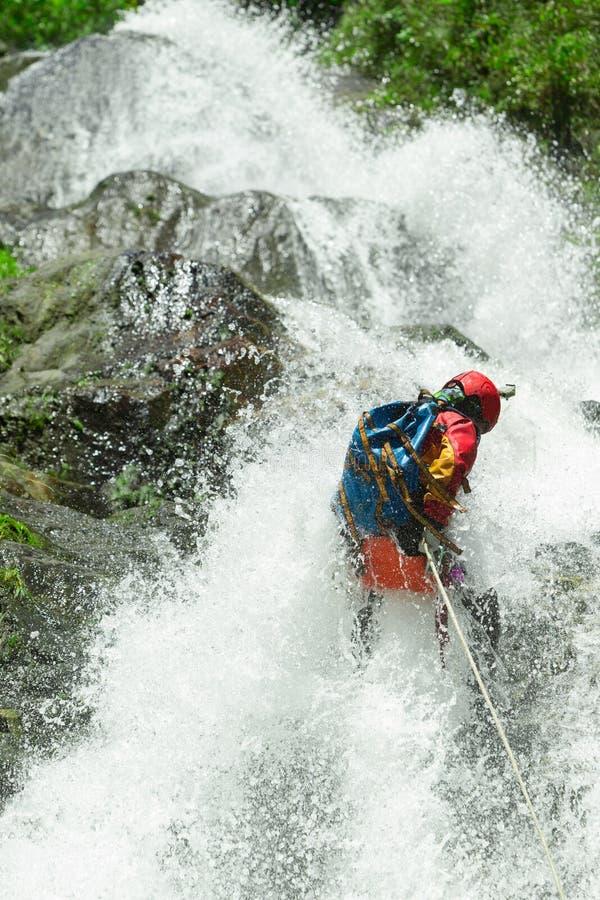 Het Canyoningsavontuur van de watervalafdaling stock foto