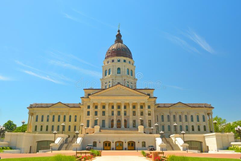 Het Capitool die van de Staat van Kansas op Sunny Day voortbouwen royalty-vrije stock afbeelding
