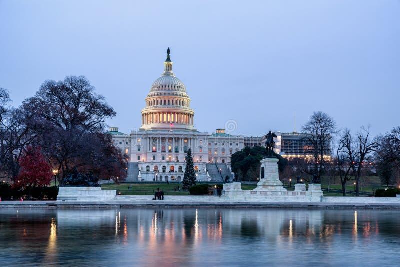 Het Capitool die van de V.S. en op opiniepeiling bouwen wijzen bij nacht in Washington, D C royalty-vrije stock foto