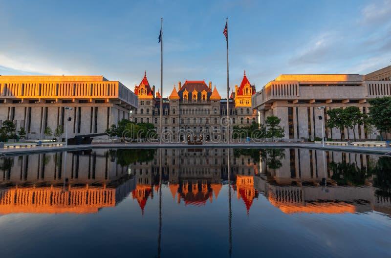 Het Capitool van de Staat van New York de bouwbezinning bij Zonsondergang, Albany, NY, de V.S. royalty-vrije stock afbeeldingen