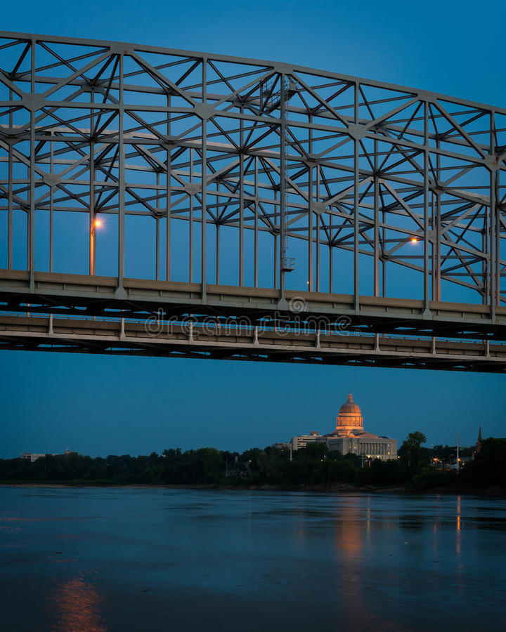 Het Capitool van de Staat van Missouri onder brug royalty-vrije stock afbeeldingen