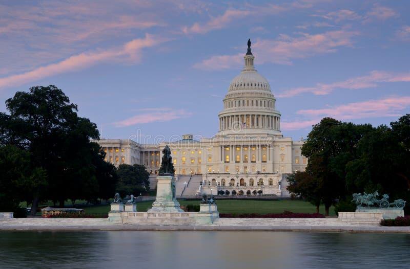 Het Capitool van de V.S. bij Schemer over het wijzen van op pool royalty-vrije stock afbeelding