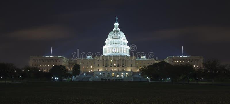 Het Capitool van de V.S. in de nacht stock foto